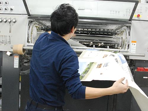 高速で動く機械からうまいこと用紙を引っ張り出します