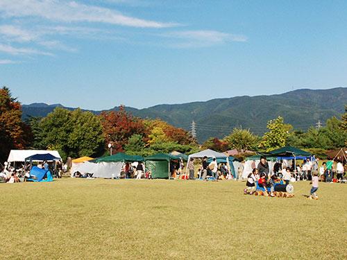 芝生の広場をぐるりと囲むようにテントが並びます